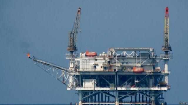 Un descubrimiento de petróleo cerca de la costa ha acrecentado el interés en la zona (foto de archivo de una plataforma petrolera).