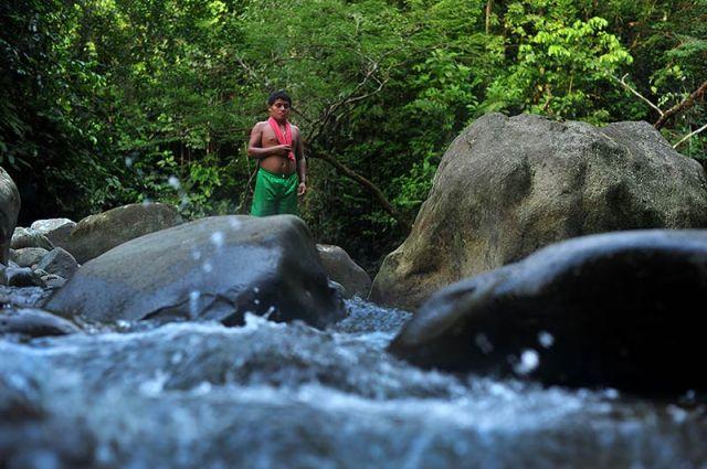 El río Saundé, que pasa al lado del resguardo, ha sido una parte vital en la supervivencia de la comunidad Awá. Al fondo se observa a Rubén. / Foto: Nelson Sierra