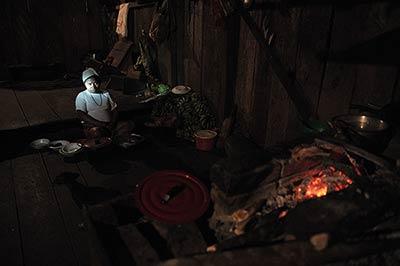 En el resguardo Saundé, los awá viven en casas de madera y aún cocinan con leña. / Foto: Nelson Sierra.