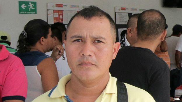 En el centro de búsqueda de empleo, Hernán Pineda le contó a BBC Mundo que lleva un mes y medio buscando trabajo, cuando antes pasaba de un contrato a otro en la industria petrolera sin esperar.