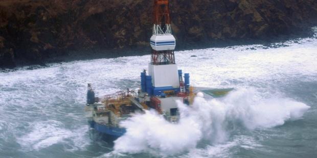 Plataforma de Shell encallada por la marea en aguas de Alaska. EFE/Us Coast