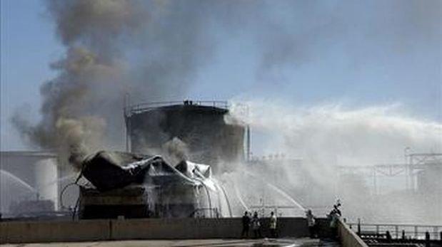 En la imagen, bomberos sirios tratan de apagar un fuego en una refinería de la provincia de Homs, Siria, en octubre del 2013. (Foto: EFE)