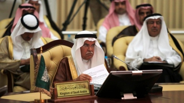 El ministro saudita de petróleo, Ali al-Naimi, asiste a una reunión de ministros de petróleo del golfo Pérsico en Riad, el 24 de septiembre 2013 / Reuters/Faisal Nasser