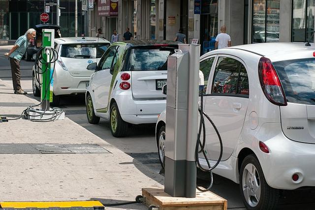 Los Países Bajos quieren dar por terminada la era del petróleo. Así lo han anunciado con un proyecto que propone eliminar en Holanda los automóviles diésel y a gasolina en 2025.