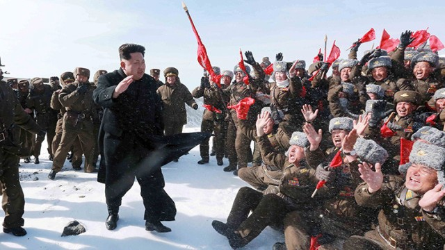 El líder norcoreano Kim Jong Un saluda a los pilotos del Ejército Popular de Corea durante una visita a la cumbre de Paektu el 18 de abril de 2015.KCNA Reuters