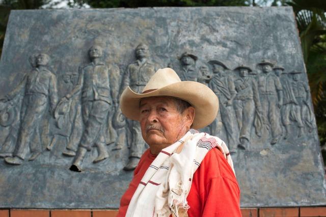 Benjamín Mateus posa frente al monumento que hicieron las autoridades de Monterrey, Casanare, para conmemorar el desarme de la guerrilla liberal en 1953. Copyright: http://pacifista.co/entrevista-con-la-historia-guerrilleros-revolucion-llanera/ .
