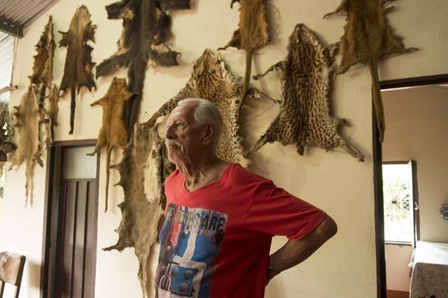 La casa de Álvaro Fula en Monterrey está adornada con recuerdos de su vida en el monte.