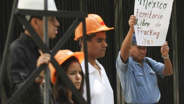 MÉXICO, D.F., 17JULIO2014.- Integrantes de la Alianza Mexicana Contra el Fracking (AMCF), entregaron alrededor de 10 mil firmas al Senado de la República para exigir la prohibición de la frectura hidraúlica en México. FOTO: ADOLFO VLADIMIR /CUARTOSCURO.COM - See more at: http://oronegro.mx/2016/05/02/ongs-denuncian-que-pemex-ya-perforo-233-pozos-con-tecnica-del-fracking-en-35-municipios-de-pueblos-indigenas/#sthash.qfSbRGOC.dpuf