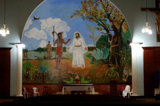 """Este es el mural que tiene la iglesia católica de Mitú. En la parte superior de la imagen hay una leyenda que dice: """"Venid benditos de mi padre"""""""