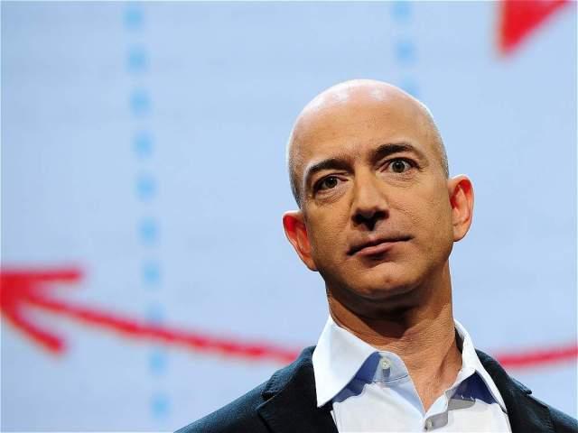 AFP En la tercera posición está Jeff Bezos, fundador de Amazon, que tiene una fortuna calculada en 65.800 millones de dólares