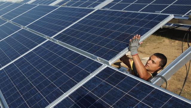 Mnstalar paneles solares es cada vez más barato (Sean Gallup / Getty)