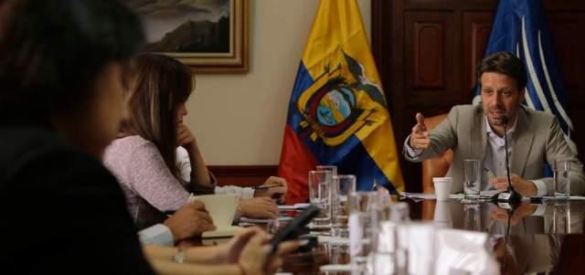 El canciller ecuatoriano, Guillaume Long, durante un conversatorio con la prensa. Foto: AFP