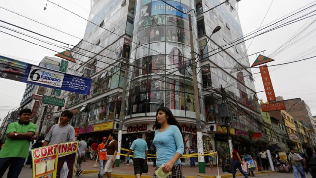 Varias personas caminan por el área comercial de ropa de Gamarra, en Lima, Perú.Mariana BazoReuters