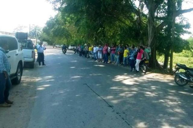 Integrantes de la comunidad cercana a la Estación Peñas Blancas protestaron a las afueras de las instalaciones de la empresa Weatherford. (Foto: Suministrada/VANGUARDIA LIBERAL)