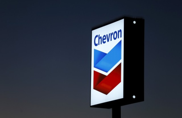 A Chevron gas station sign is shown in Cardiff, California, in this January 25, 2016 file photo. REUTERS/Mike Blake/Files - RTSDTER